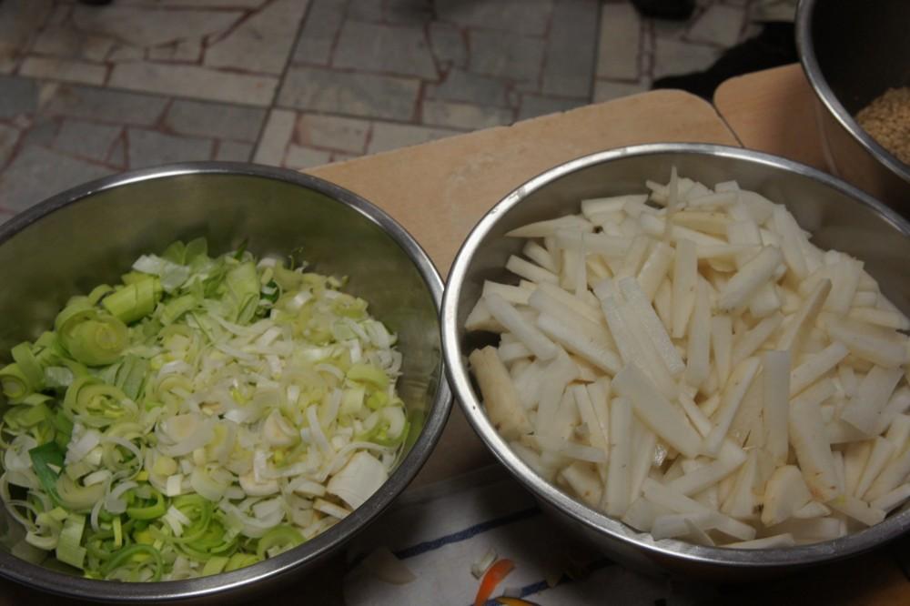 14. Pri tepelnej úprave spájame dva druhy potravín tak, aby sme použili ich sťahujúce (jangové) a uvoľňujúce (jinové) protichodne pôsobiace energie: koreňová – listová časť. Vzniká tak ďalšia polarita jedla.