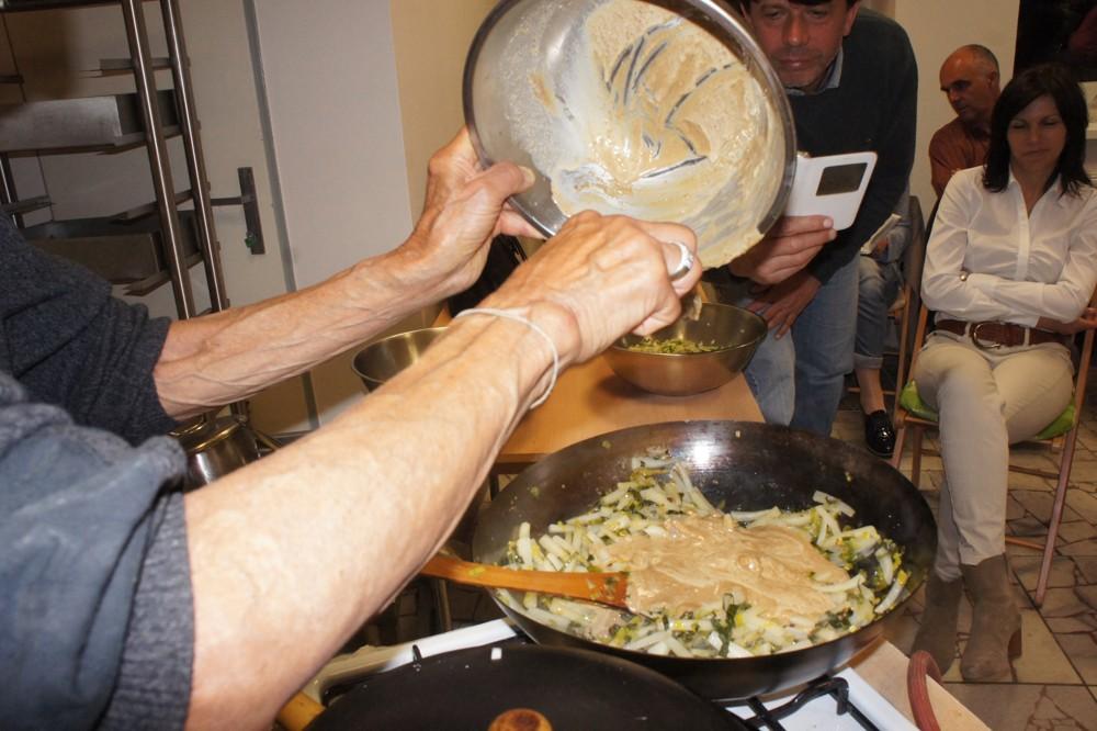 17. Dusíme napr. pokrájanú reďkovku Daikon spolu s pokrájanou zelenou časťou póriku a pokrájanú mrkvu s pokrájanou spodnou časťou póriku. Podusenú reďkovku Daikon s pórikom môžeme zjemniť a a ochutiť Tahini maslom.