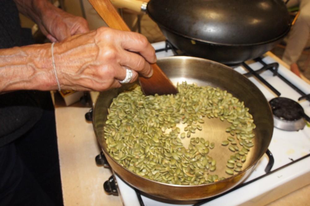 30. Opraženie tekvicových alebo slnečnicových semienok – doplnok k jedlu. Nasucho.