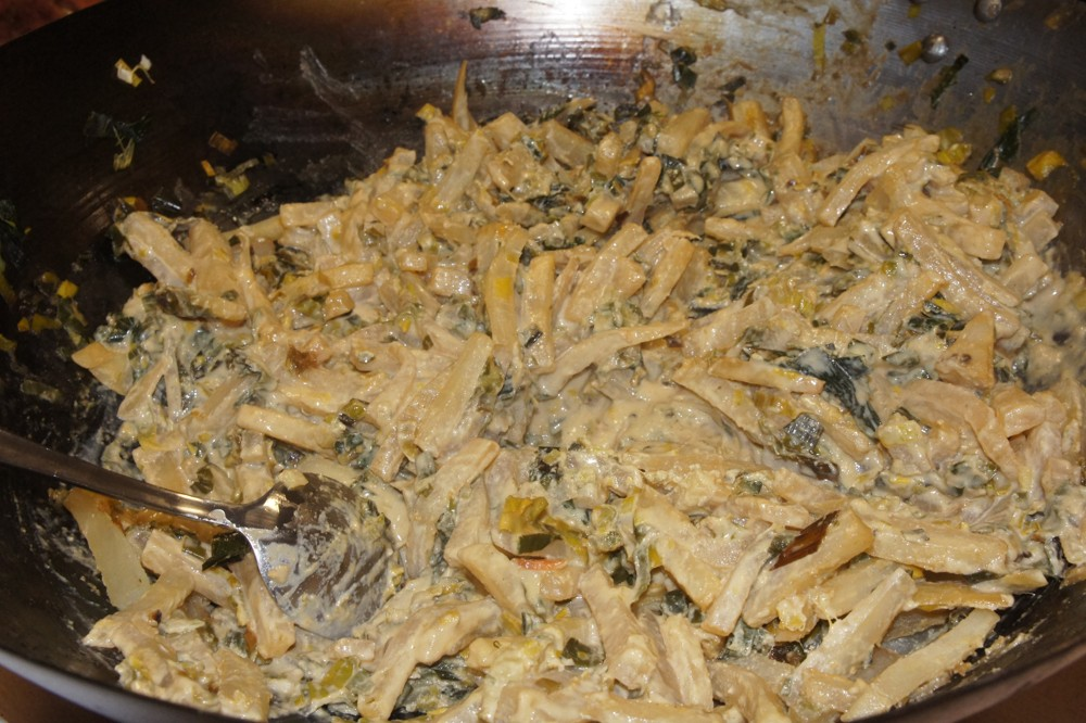 18. Dusíme napr. pokrájanú reďkovku Daikon spolu s pokrájanou zelenou časťou póriku a pokrájanú mrkvu s pokrájanou spodnou časťou póriku. Podusenú reďkovku Daikon s pórikom môžeme zjemniť a a ochutiť Tahini maslom.