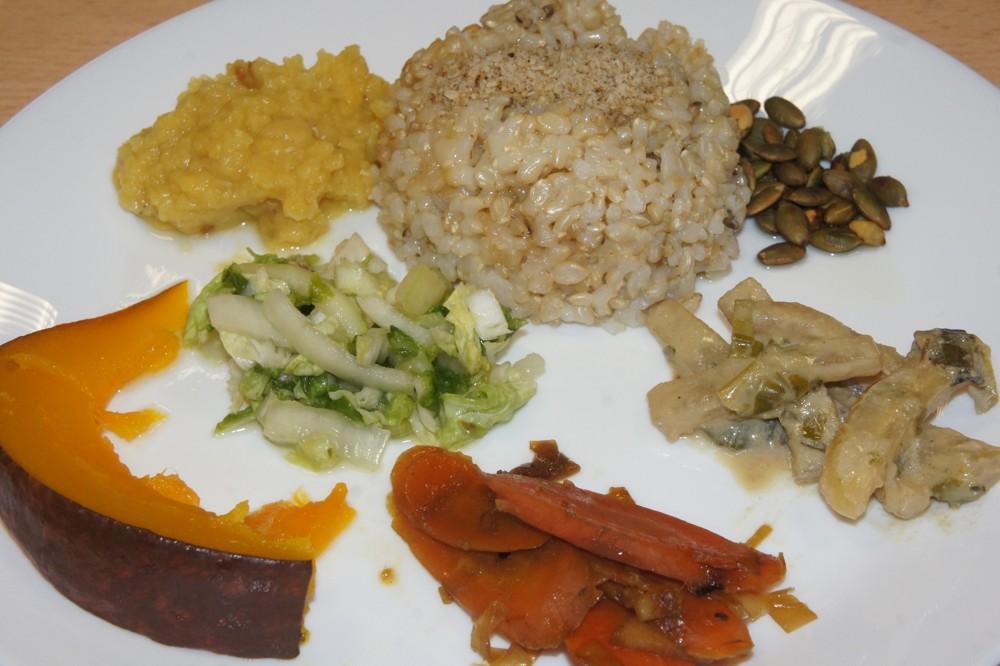 37. Chutný vyvážený makrobiotický tanier obsahuje: cca 50 % uvarenej obilniny, najmä ryže natural, zeleninu rôznych druhov, rôzne pokrájanú, rôznym spôsobom tepelne upravenú, ochutenúá Gomashiom, kvalitným olejom doplnenú opraženými semienkami. Jednotlivé zložky musia byť na tanieri pekne prehľadne uložené.