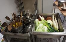2. Pracovné pomôcky a zelenina taktiež.
