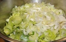 """10. Pokračoval krájaním zeleniny - vzniká POLARTA, ktorá vytvorí prirodzenú """"dynamiku"""" (vitalitu) jedla."""