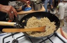 25. Príprava ochucovadla Gomashio (GOMA = sézam, SHIO = soľ) je dôležitá. Používa sa na ochutenie obilniny – uvarenej ryže. Pri servírovaní ryže sa lyžičkou vytvorí jamka, do ktorej sa nasype asi 1 čajová lyžička Gomashia. Je veľmi liečivé. Postup: - sézam namočíme asi na 30 minút do vody – najlepšie na sitku (voda pomôže lepšie uvoľniť pamäť pri pražení) - vyberieme, necháme odkvapkať - vložíme na rozohriatu panvičku (wok), pohybom vareškou spredu dozadu a zľava doprava opražíme nasucho do stmavnutia (nesmieme pripáliť!). - opražené vyberieme do misky - v špeciálnej keramickej miske – mažiariku (Suribashi) krúživým pohybom rozdrvíme morskú soľ (1 PL) na veľmi jemný prášok - pridáme 14 PL opraženého sézamu a krúživým pohybom rozdrvíme na jemno – soľ obalí rozdrvené sézamové zrnká (= lepšie účinky pre organizmus).