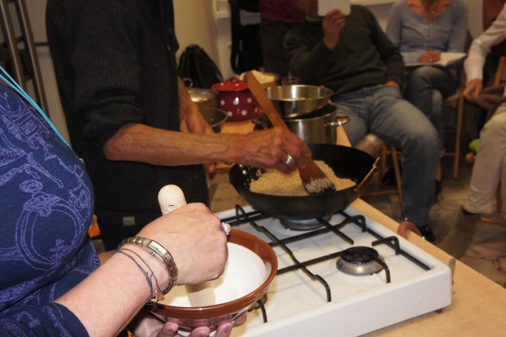 Drvenie sézamu v suribashke