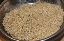 24. Príprava ochucovadla Gomashio (GOMA = sézam, SHIO = soľ) je dôležitá. Používa sa na ochutenie obilniny – uvarenej ryže. Pri servírovaní ryže sa lyžičkou vytvorí jamka, do ktorej sa nasype asi 1 čajová lyžička Gomashia. Je veľmi liečivé. Postup: - sézam namočíme asi na 30 minút do vody – najlepšie na sitku (voda pomôže lepšie uvoľniť pamäť pri pražení) - vyberieme, necháme odkvapkať - vložíme na rozohriatu panvičku (wok), pohybom vareškou spredu dozadu a zľava doprava opražíme nasucho do stmavnutia (nesmieme pripáliť!). - opražené vyberieme do misky - v špeciálnej keramickej miske – mažiariku (Suribashi) krúživým pohybom rozdrvíme morskú soľ (1 PL) na veľmi jemný prášok - pridáme 14 PL opraženého sézamu a krúživým pohybom rozdrvíme na jemno – soľ obalí rozdrvené sézamové zrnká (= lepšie účinky pre organizmus).