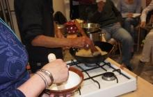 26. Príprava ochucovadla Gomashio (GOMA = sézam, SHIO = soľ) je dôležitá. Používa sa na ochutenie obilniny – uvarenej ryže. Pri servírovaní ryže sa lyžičkou vytvorí jamka, do ktorej sa nasype asi 1 čajová lyžička Gomashia. Je veľmi liečivé. Postup: - sézam namočíme asi na 30 minút do vody – najlepšie na sitku (voda pomôže lepšie uvoľniť pamäť pri pražení) - vyberieme, necháme odkvapkať - vložíme na rozohriatu panvičku (wok), pohybom vareškou spredu dozadu a zľava doprava opražíme nasucho do stmavnutia (nesmieme pripáliť!). - opražené vyberieme do misky - v špeciálnej keramickej miske – mažiariku (Suribashi) krúživým pohybom rozdrvíme morskú soľ (1 PL) na veľmi jemný prášok - pridáme 14 PL opraženého sézamu a krúživým pohybom rozdrvíme na jemno – soľ obalí rozdrvené sézamové zrnká (= lepšie účinky pre organizmus).