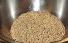 27. Príprava ochucovadla Gomashio (GOMA = sézam, SHIO = soľ) je dôležitá. Používa sa na ochutenie obilniny – uvarenej ryže. Pri servírovaní ryže sa lyžičkou vytvorí jamka, do ktorej sa nasype asi 1 čajová lyžička Gomashia. Je veľmi liečivé. Postup: - sézam namočíme asi na 30 minút do vody – najlepšie na sitku (voda pomôže lepšie uvoľniť pamäť pri pražení) - vyberieme, necháme odkvapkať - vložíme na rozohriatu panvičku (wok), pohybom vareškou spredu dozadu a zľava doprava opražíme nasucho do stmavnutia (nesmieme pripáliť!). - opražené vyberieme do misky - v špeciálnej keramickej miske – mažiariku (Suribashi) krúživým pohybom rozdrvíme morskú soľ (1 PL) na veľmi jemný prášok - pridáme 14 PL opraženého sézamu a krúživým pohybom rozdrvíme na jemno – soľ obalí rozdrvené sézamové zrnká (= lepšie účinky pre organizmus).
