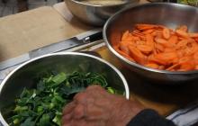 13. Pri tepelnej úprave spájame dva druhy potravín tak, aby sme použili ich sťahujúce (jangové) a uvoľňujúce (jinové) protichodne pôsobiace energie: koreňová – listová časť. Vzniká tak ďalšia polarita jedla.