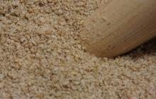29. Príprava ochucovadla Gomashio (GOMA = sézam, SHIO = soľ) je dôležitá. Používa sa na ochutenie obilniny – uvarenej ryže. Pri servírovaní ryže sa lyžičkou vytvorí jamka, do ktorej sa nasype asi 1 čajová lyžička Gomashia. Je veľmi liečivé. Postup: - sézam namočíme asi na 30 minút do vody – najlepšie na sitku (voda pomôže lepšie uvoľniť pamäť pri pražení) - vyberieme, necháme odkvapkať - vložíme na rozohriatu panvičku (wok), pohybom vareškou spredu dozadu a zľava doprava opražíme nasucho do stmavnutia (nesmieme pripáliť!). - opražené vyberieme do misky - v špeciálnej keramickej miske – mažiariku (Suribashi) krúživým pohybom rozdrvíme morskú soľ (1 PL) na veľmi jemný prášok - pridáme 14 PL opraženého sézamu a krúživým pohybom rozdrvíme na jemno – soľ obalí rozdrvené sézamové zrnká (= lepšie účinky pre organizmus).